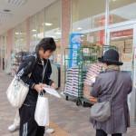 買い物客にチラシを配る生活介護福祉専攻の学生たち