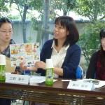 特産品の普及について質問する学生(渚荘)