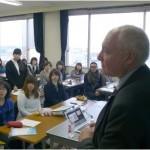 ムーア教授(右)の講義を聴いて質問をするVMDコースの学生たち