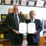 ムーア教授と石川浩学長の間で香短-ノーサンブリア間の協定書が更新されました。