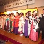 記念パーティーで、感謝の気持ちを込めて合唱する卒業生たち