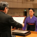 卒業式で、大久保理事長から理事長賞を授与される大澤有未さん(生活文化学科)