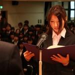 新入生を代表して力強く先生する橋本さん