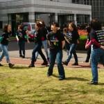 新入生をダンスで歓迎するダンスゼミの学生対