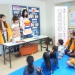 紙芝居や歌で食事の大切さを紹介する学生たち