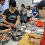 しょうゆ豆入りのパウンドケーキづくりに取り組む学生たち