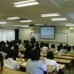 学科別に分かれ、学科長の話しを聞く参加者たち