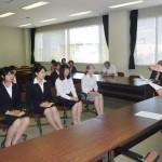 学生たちに激励の言葉をおくる石川学長