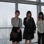 世界最高492㍍からの眺望を楽しむ学生たち