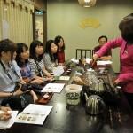 中国茶を試飲する学生たち