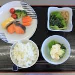 講師の先生が詰めたお弁当を食器に移し替えると 一食分の食事ができあがりました