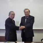 今後の交流促進を願って握手を交わす帯広大谷短期大学の香川後援会長(右)と石川学長