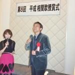 最優秀作品に選ばれ、受賞挨拶する織田さん(右)