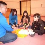AEDの装着法を学ぶ学生たち。機器の操作に慣れました