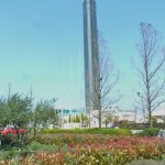 本学正面にそびえるゴールドタワー。青空を背景に、春の陽光をたっぷりと浴びています