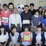 募金活動を主体的に行った学友会メンバー、留学生、学生有志たちが石川学長と