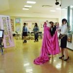 会場では、ファッションデザインコースの学生たちによるデモンストレーションも実施しました