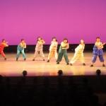 躍動感いっぱいに演技するダンス部員たち=松山市内