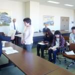 石川学長から表彰を受ける堀上さん