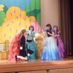 ステージベントで「シンデレラ」を披露する音楽ゼミの学生たち