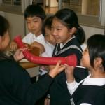 子どもたちが福祉用具体験。「わあ大きく聞こえる」