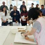 和三盆づくりの方法を紹介する学生たち