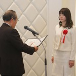 石川会長から最優秀賞の表彰を受ける木皮さん