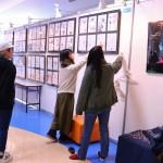 作品展示の作業をする学生たち