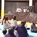 人形劇を楽しむ子どもたち