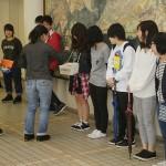募金活動を行う学生たち(2)