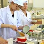 普段使用している茶碗に盛った白飯を、弁当箱に詰めています