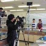 リポーターの方と打ち合わせし、撮影に臨む大石さん(写真右端)。