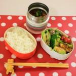 玉ねぎを使ったお弁当の完成! 玉ねぎ料理は「玉ねぎたっぷりヘルシーハンバーグ」、「玉ねぎときのこのカレーマリネ」、「玉ねぎとイロイロ野菜のトマトスープ」です。