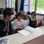 中国人の学生に混じって交流する学生たち