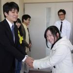 握手を交わす学生(2)