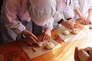 パンの生地を好きな形に成型し、トッピングしています
