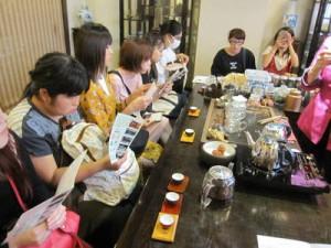 日本語の上手な店員さんからお茶の入れ方を学ぶ