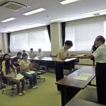 石川学長から表彰を受ける最優秀句の刈谷さん