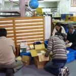 仕分け発送準備をする赤十字奉仕団の学生と図書館員(香川短期大学図書館)