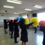 先輩たちの指導で踊りに挑戦する高校生たち