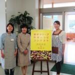 本学教授の次田一代先生と一緒に 左から三野さん、次田教授、岡さん