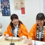 生番組に出演して学校生活などについて紹介する学生たち(エフエム サン恋NAMIスタジオ)