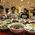 無錫での最後の晩餐。学生たちの食欲も旺盛でした