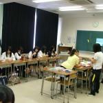 先輩学生のアドバイスを受けながら手づくりおもちゃに挑戦する高校生たち