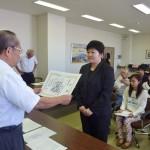 石川学長から表彰される鈴木さん