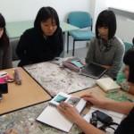 アート担当のジュディー先生から研修前に制作した作品から研修中のアドバイスを受けてます