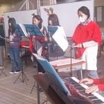 トーンチャイムでクリスマスソングを演奏する学生たち