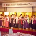 クラスメートとの別れを惜しむ歌声に包まれた卒業記念パーティー