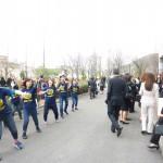 ダンスパフォーマンスで入学を祝う学生たち