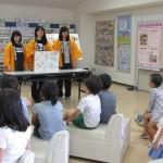食育紙芝居を披露する学生たち